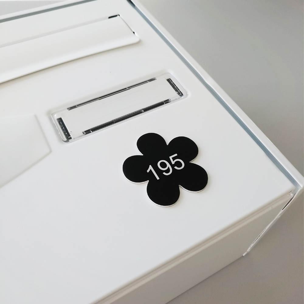 Numéro fantaisie personnalisable pour boite aux lettres couleur or brossé chiffres noirs - Modèle Fleur