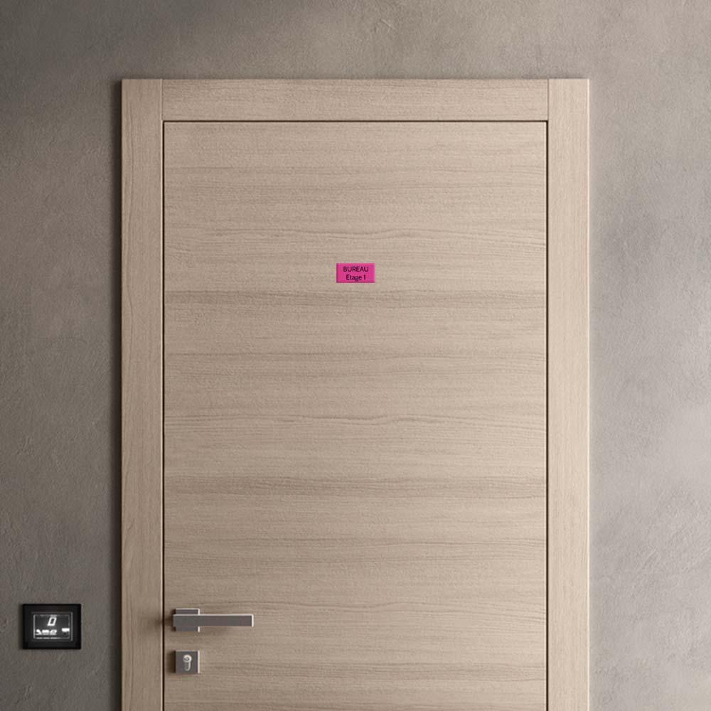 Plaque de porte gravée sur 1 à 2 lignes couleur rose lettres noires - Format rectangle 50 x 100 mm
