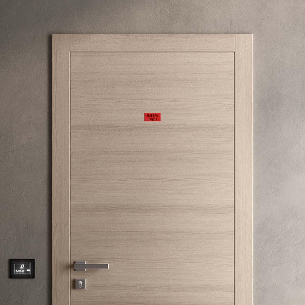 Plaque de porte gravée sur 1 à 2 lignes couleur rouge lettres noires - Format rectangle 50 x 100 mm