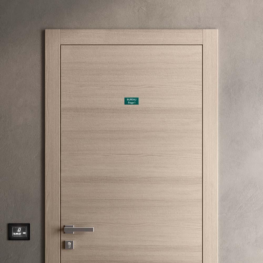 Plaque de porte gravée sur 1 à 2 lignes couleur vert foncé lettres blanches - Format rectangle 50 x 100 mm