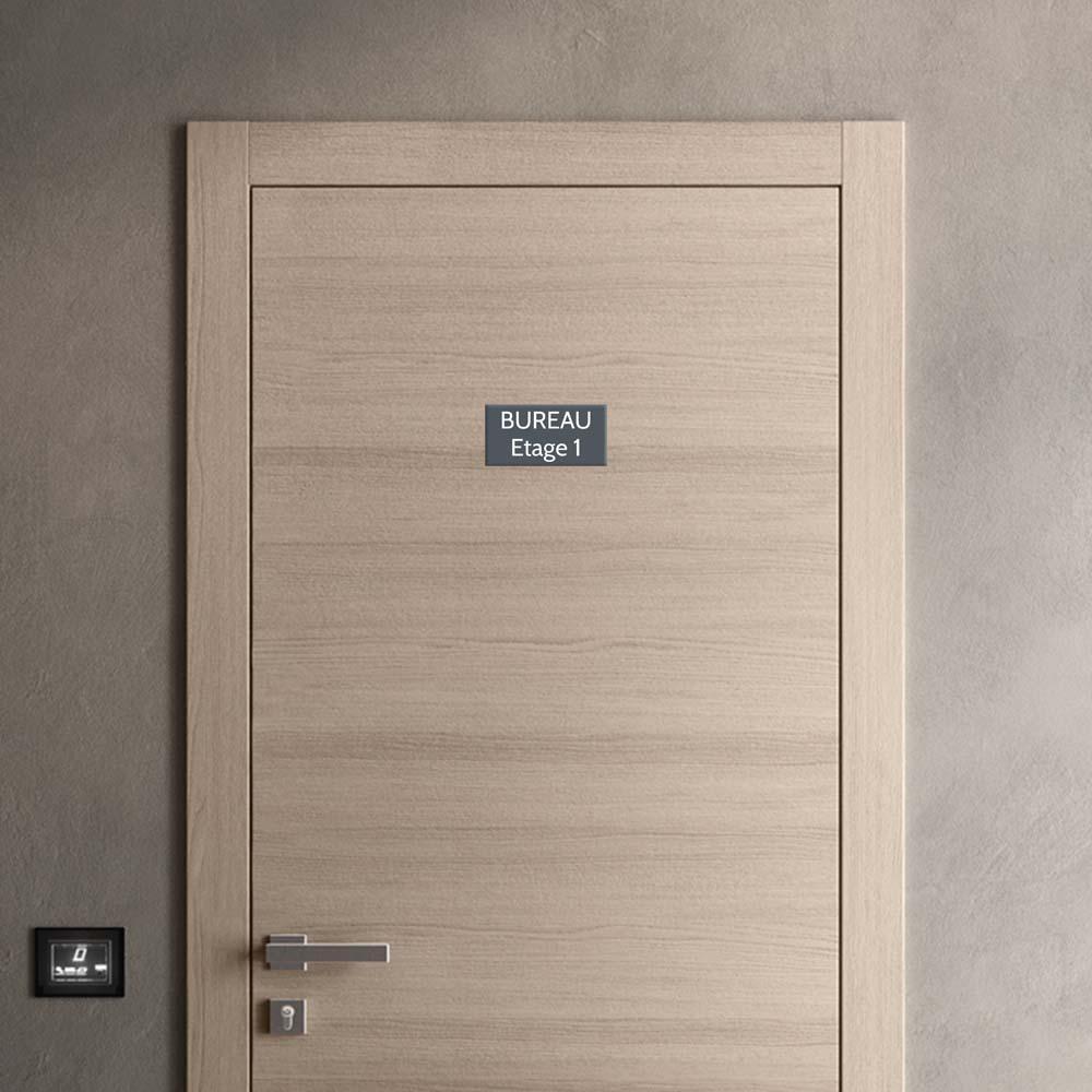 Plaque de porte gravée sur 1 à 2 lignes couleur grise lettres blanches - Format rectangle 100 x 200 mm