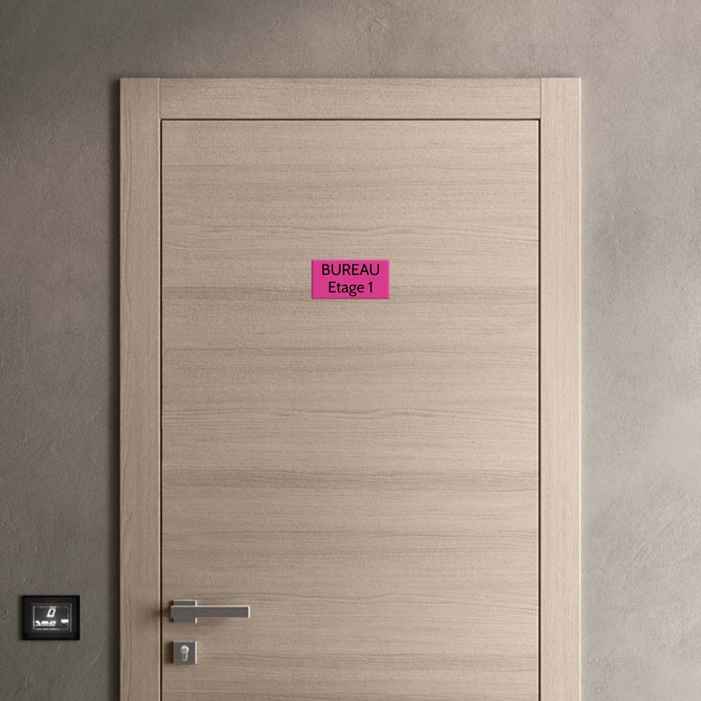 Plaque de porte gravée sur 1 à 2 lignes couleur rose lettres noires - Format rectangle 100 x 200 mm