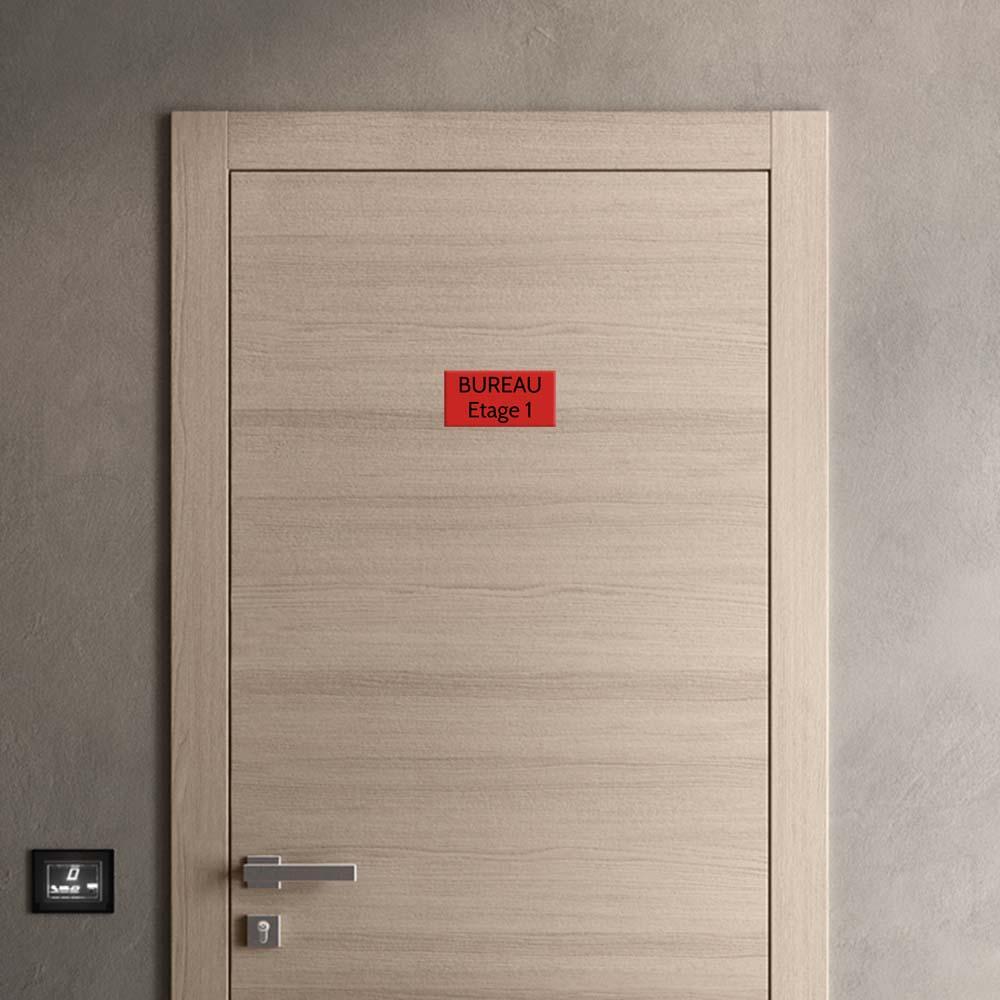 Plaque de porte gravée sur 1 à 2 lignes couleur rouge lettres noires - Format rectangle 100 x 200 mm