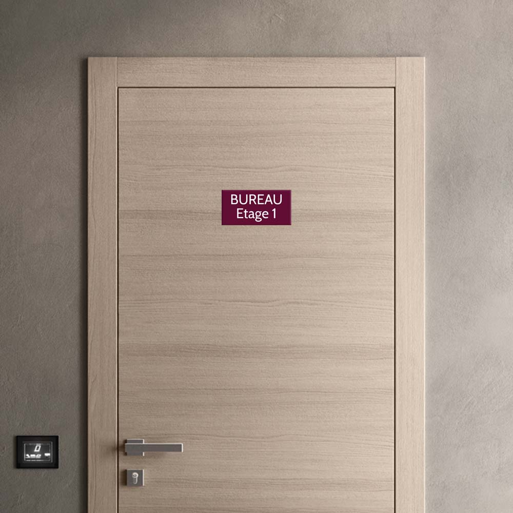 Plaque de porte gravée sur 1 à 2 lignes couleur bordeaux lettres blanches - Format rectangle 125 x 250 mm