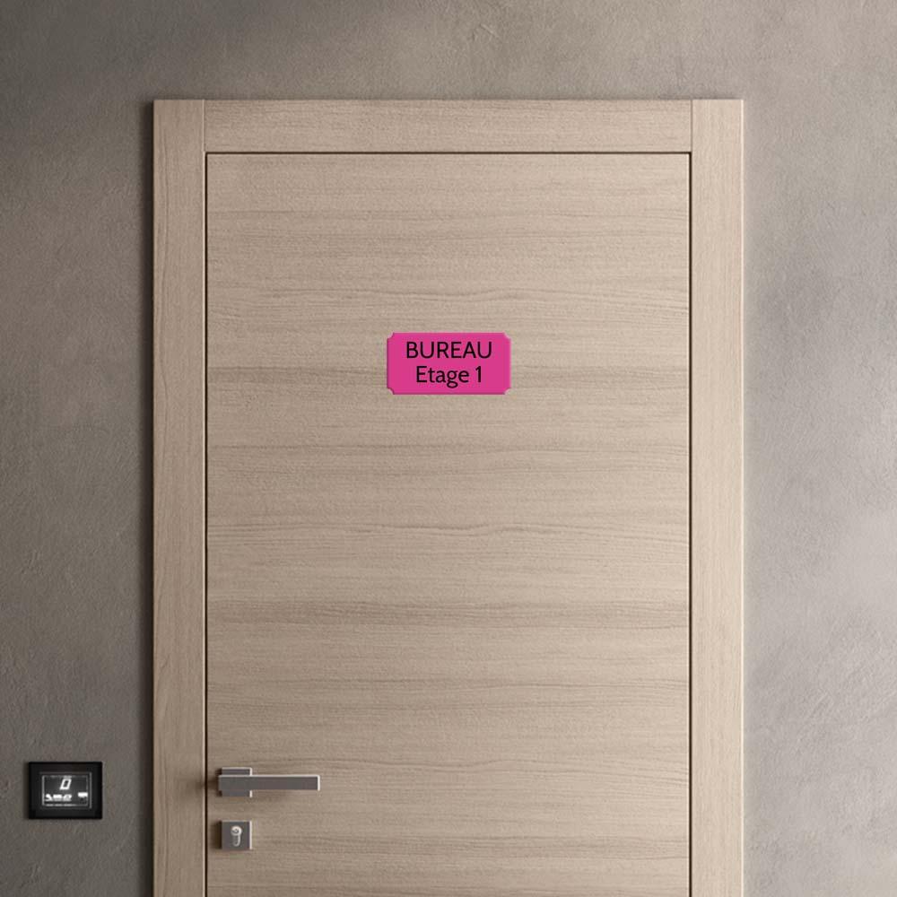 Plaque de porte gravée sur 1 à 2 lignes couleur rose lettres noires - Rectangle classique 125 x 250 mm