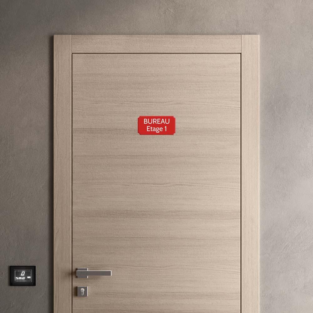 Plaque de porte gravée sur 1 à 2 lignes couleur rouge lettres blanches - Format rectangle classique 100 x 200 mm