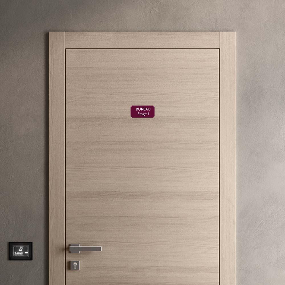 Plaque de porte gravée sur 1 à 2 lignes couleur bordeaux lettres blanches - Format rectangle classique 75 x 150 mm