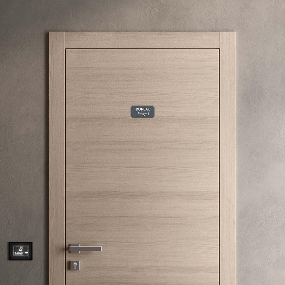 Plaque de porte gravée sur 1 à 2 lignes couleur grise lettres blanches - Format rectangle classique 75 x 150 mm
