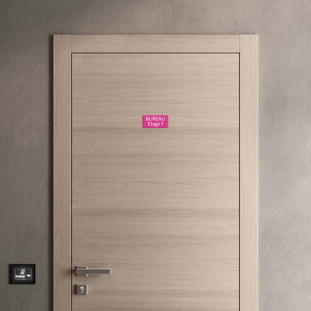 Plaque de porte gravée sur 1 à 2 lignes couleur rose lettres blanches - Rectangle angles arrondis 75 x 150 mm