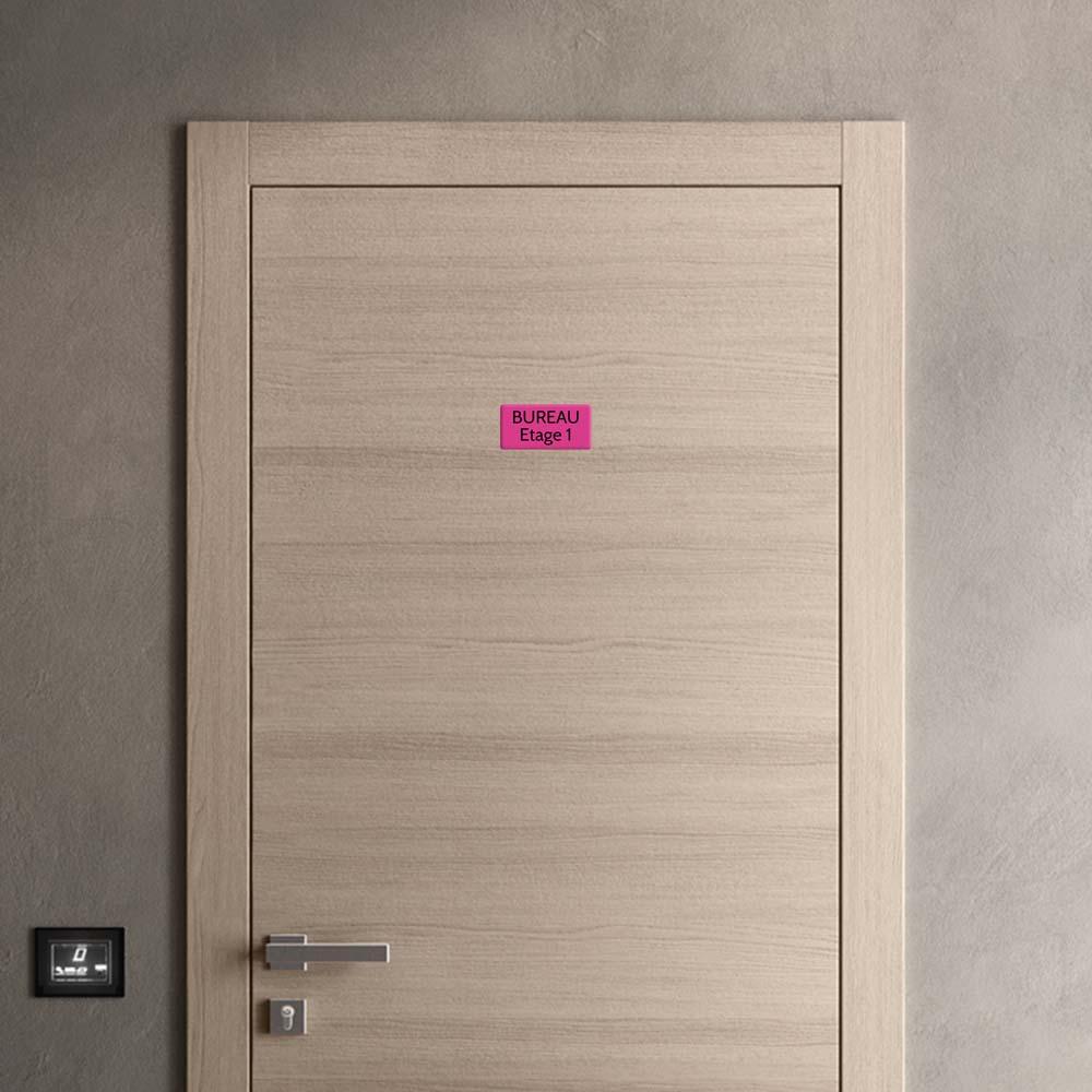 Plaque de porte gravée sur 1 à 2 lignes couleur rose lettres noires - Rectangle angles arrondis 75 x 150 mm