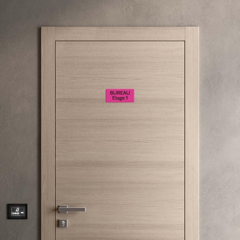 Plaque de porte gravée sur 1 à 2 lignes couleur rose lettres noires - Rectangle angles arrondis 100 x 200 mm