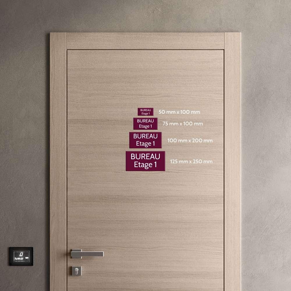 Plaque de porte gravée sur 1 à 2 lignes couleur rose lettres blanches - Format rectangle 125 x 250 mm
