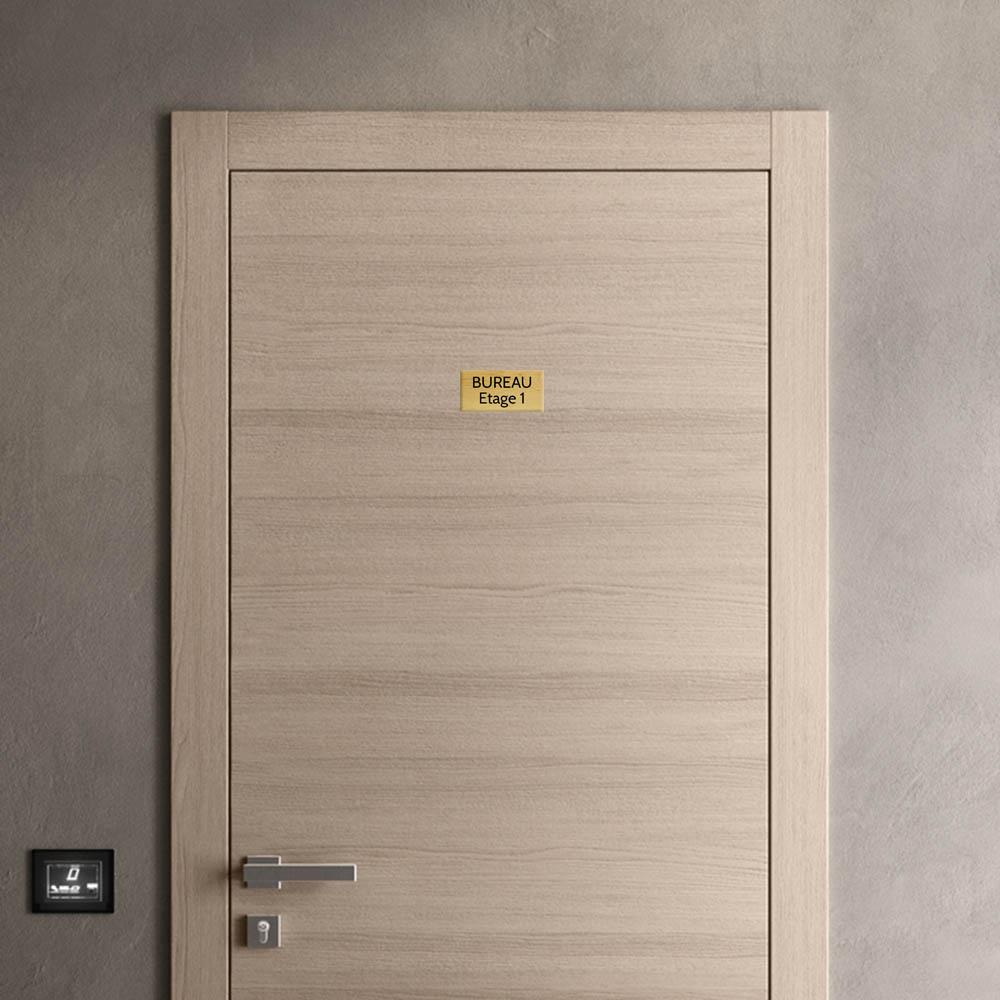 Plaque de porte gravée sur 1 à 2 lignes effet bois clair lettres noires - Format rectangle 75 x 150 mm
