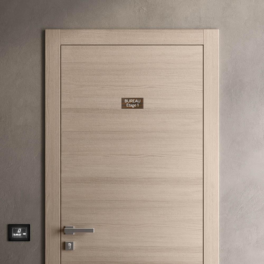 Plaque de porte gravée sur 1 à 2 lignes effet bois foncé lettres blanches - Format rectangle 75 x 150 mm