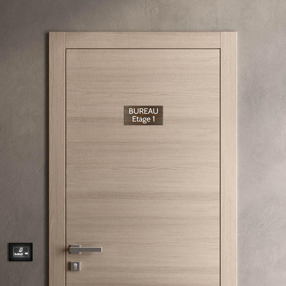 Plaque de porte gravée sur 1 à 2 lignes effet bois foncé lettres blanches - Format rectangle 125 x 250 mm