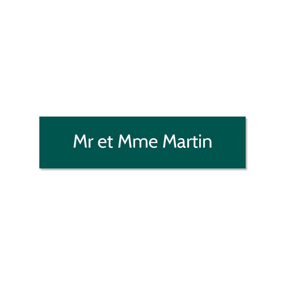 Plaque adhésive interphone ou sonnette 60 mm x 15 mm gravure personnalisée sur 1 ligne couleur vert foncé lettres blanches