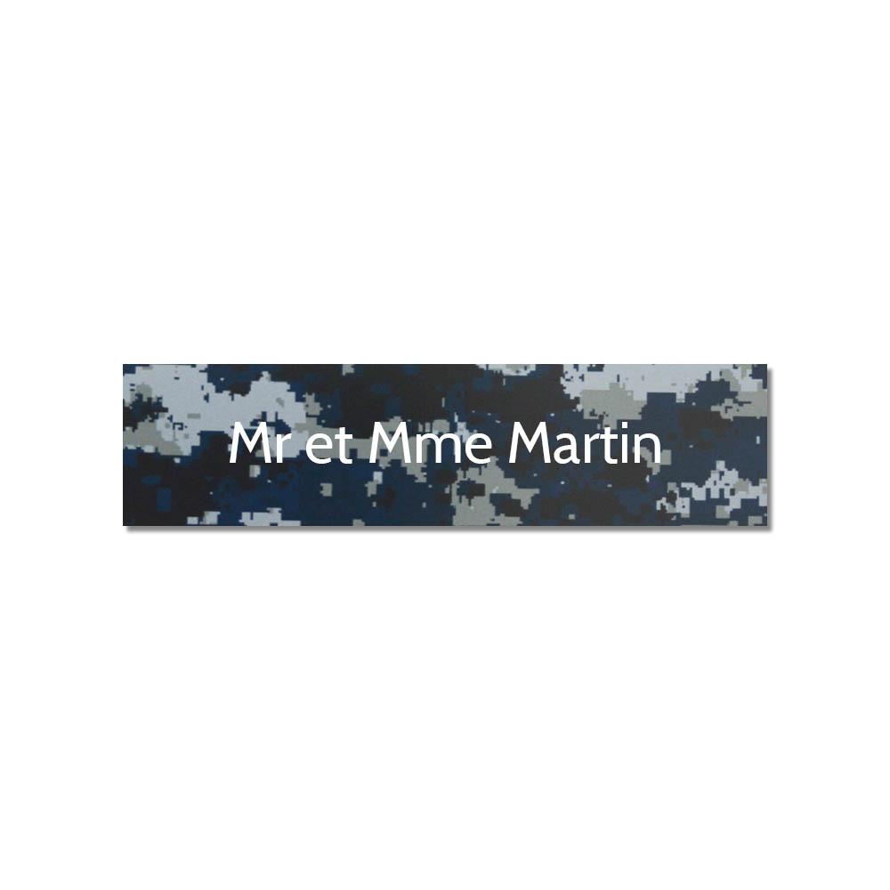 Plaque adhésive interphone ou sonnette 60 mm x 15 mm gravure personnalisée sur 1 ligne couleur Camo Bleu lettres blanches