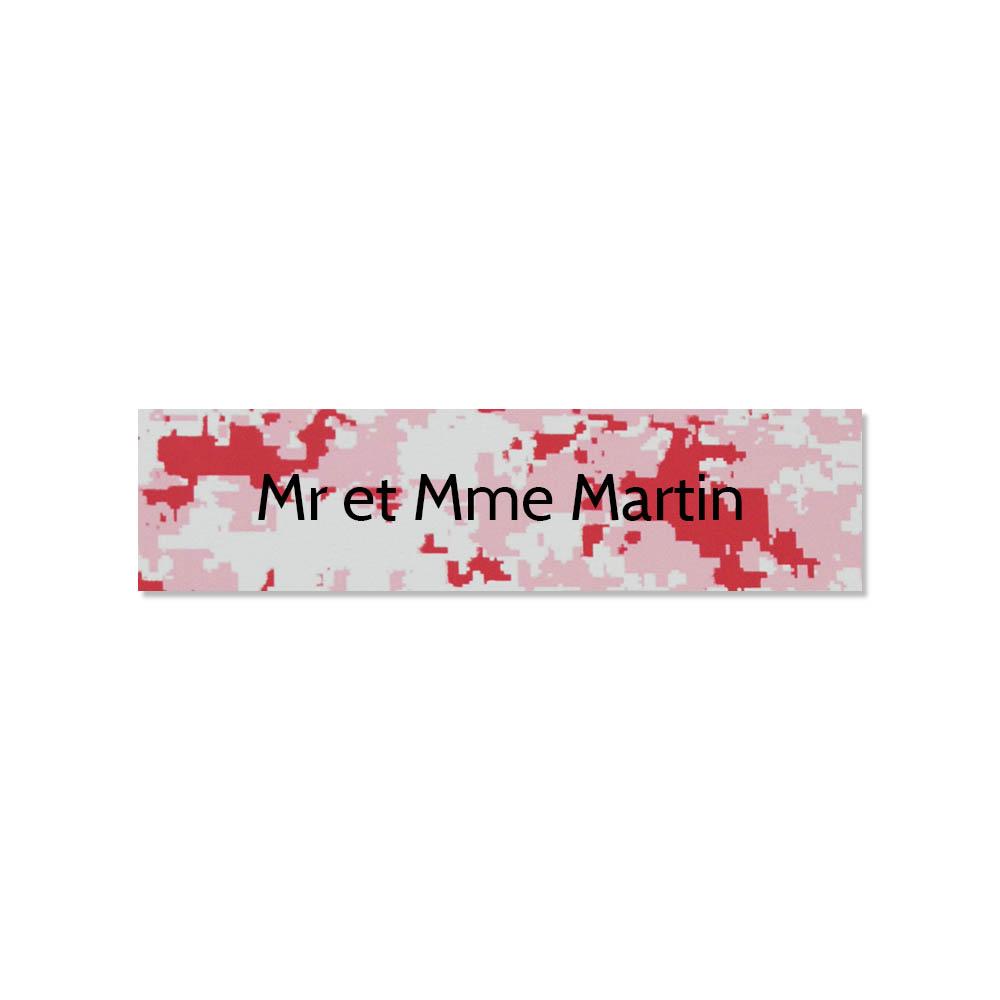 Plaque adhésive interphone ou sonnette 60 mm x 15 mm gravure personnalisée sur 1 ligne couleur Camo Rose lettres noires