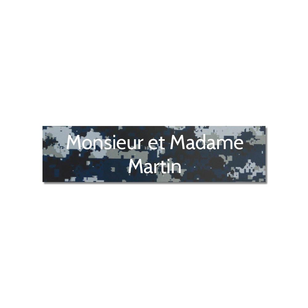 Plaque adhésive interphone ou sonnette 60 mm x 15 mm gravure personnalisée sur 2 lignes couleur Camo Bleu lettres blanches