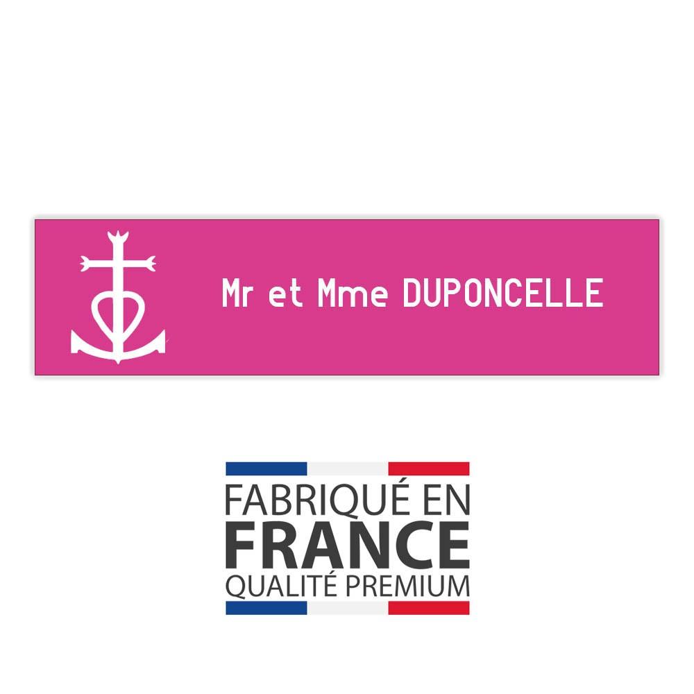 Plaque boite aux lettres format Decayeux CROIX CAMARGUAISE (100x25mm) rose lettres blanches - 1 ligne