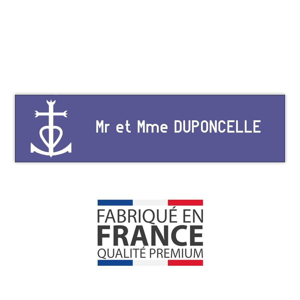 Plaque boite aux lettres format Decayeux CROIX CAMARGUAISE (100x25mm) violette lettres blanches - 1 ligne
