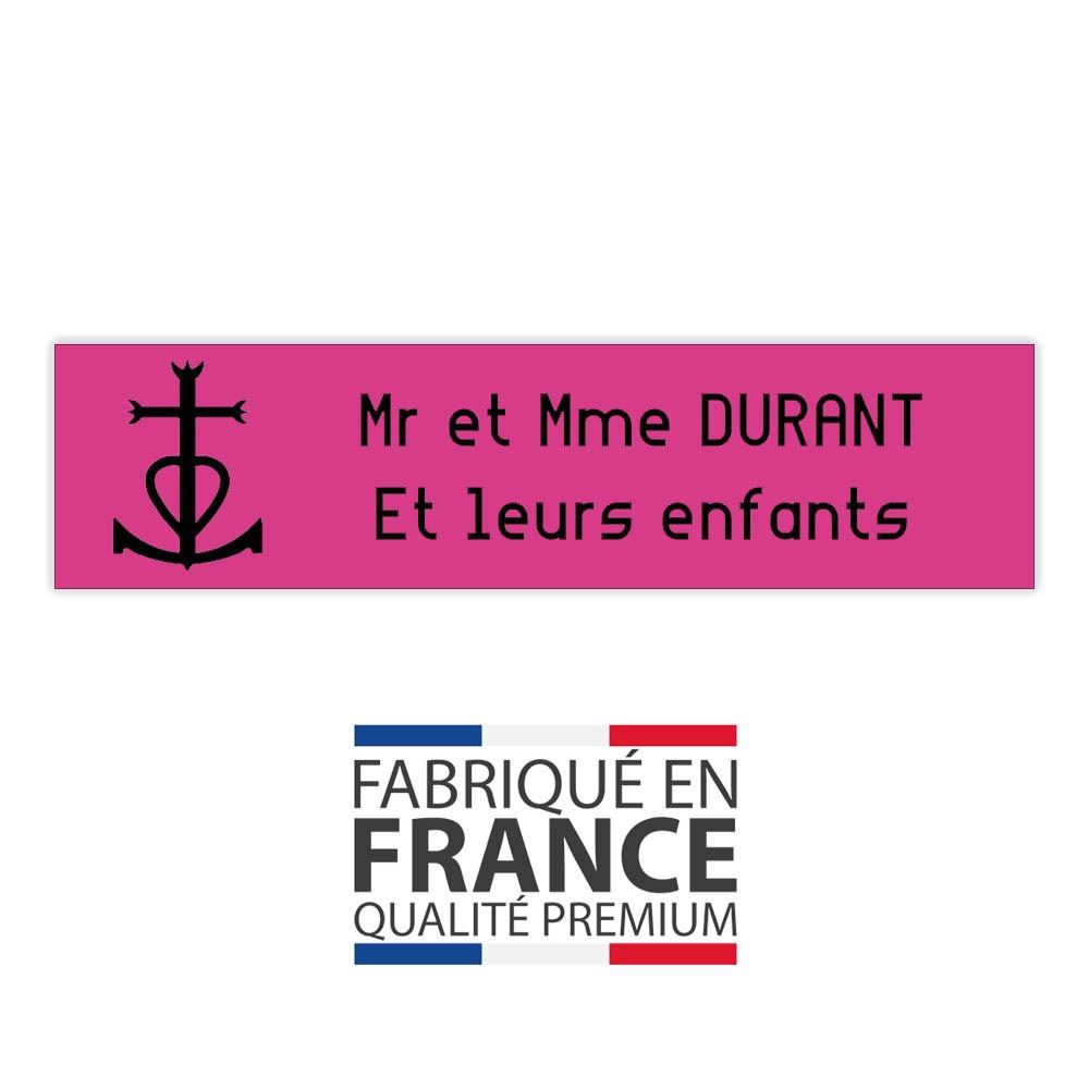 Plaque boite aux lettres format Decayeux CROIX CAMARGUAISE (100x25mm) rose lettres noires - 2 lignes