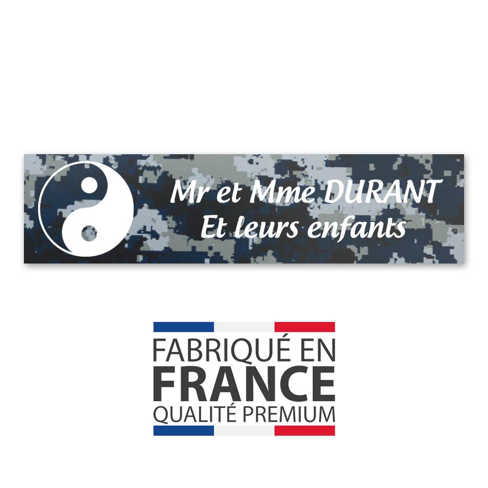 Plaque nom 2 lignes et symbole YIN YANG pour boite aux lettres type Decayeux (100x25mm) texture camouflage bleu