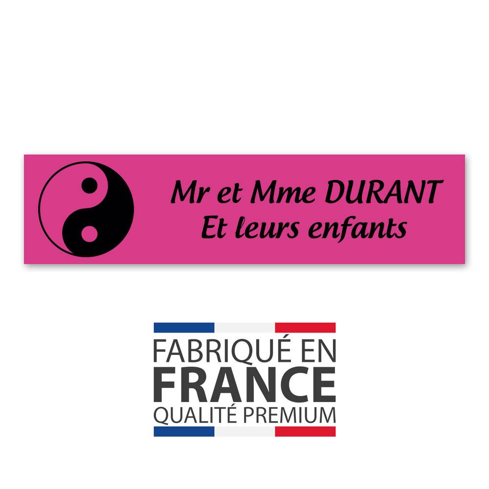 Plaque nom 2 lignes et symbole YIN YANG pour boite aux lettres type Decayeux (100x25mm) couleur rose lettres noires