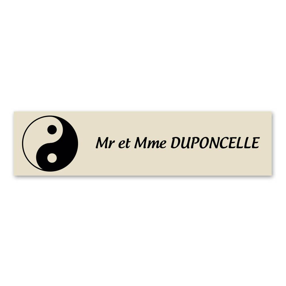 Plaque nom 1 ligne et symbole YIN YANG pour boite aux lettres type Decayeux (100x25mm) couleur beige lettres noires