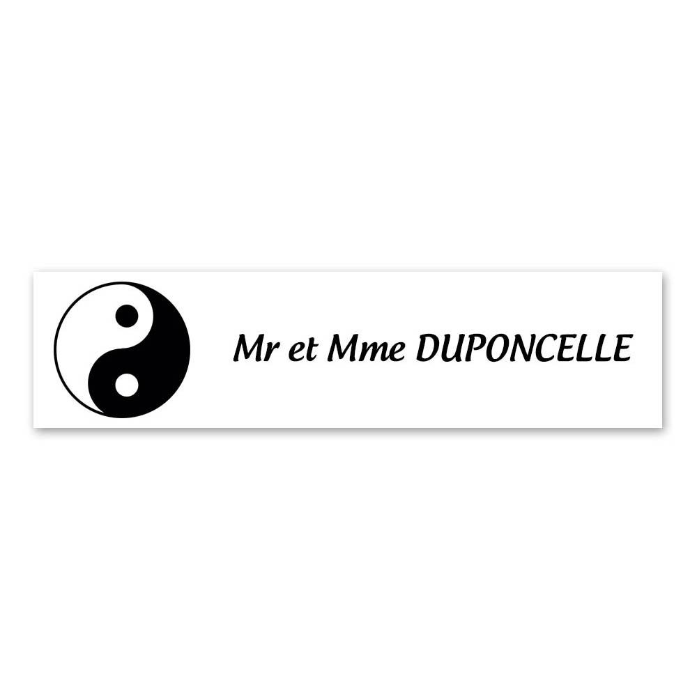 Plaque nom 1 ligne et symbole YIN YANG pour boite aux lettres type Decayeux (100x25mm) couleur blanche lettres noires