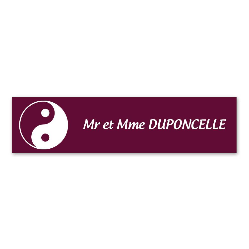 Plaque nom 1 ligne et symbole YIN YANG pour boite aux lettres type Decayeux (100x25mm) couleur bordeaux lettres blanches