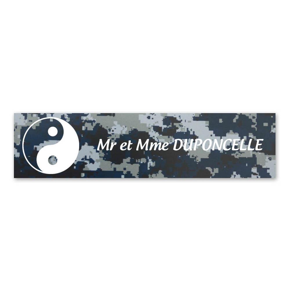 Plaque nom 1 ligne et symbole YIN YANG pour boite aux lettres type Decayeux (100x25mm) texture camouflage bleu