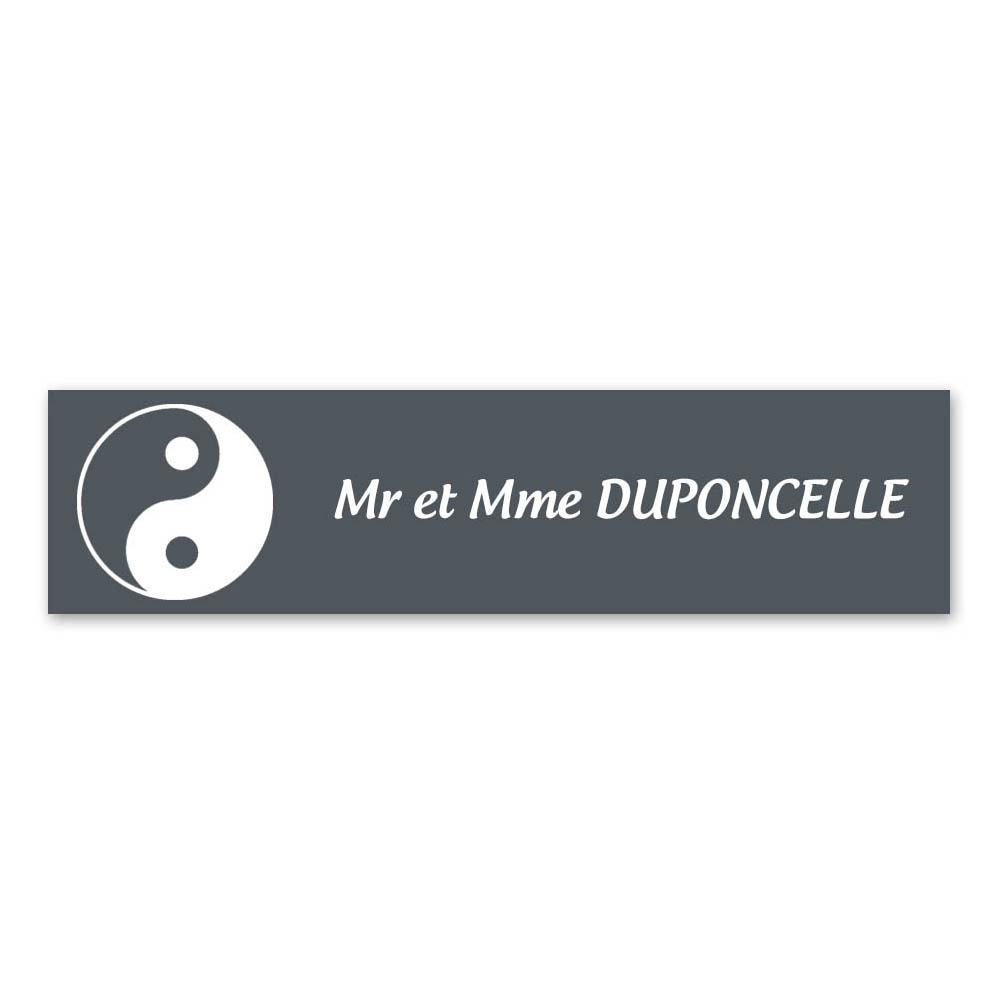 Plaque nom 1 ligne et symbole YIN YANG pour boite aux lettres type Decayeux (100x25mm) couleur grise lettres blanches