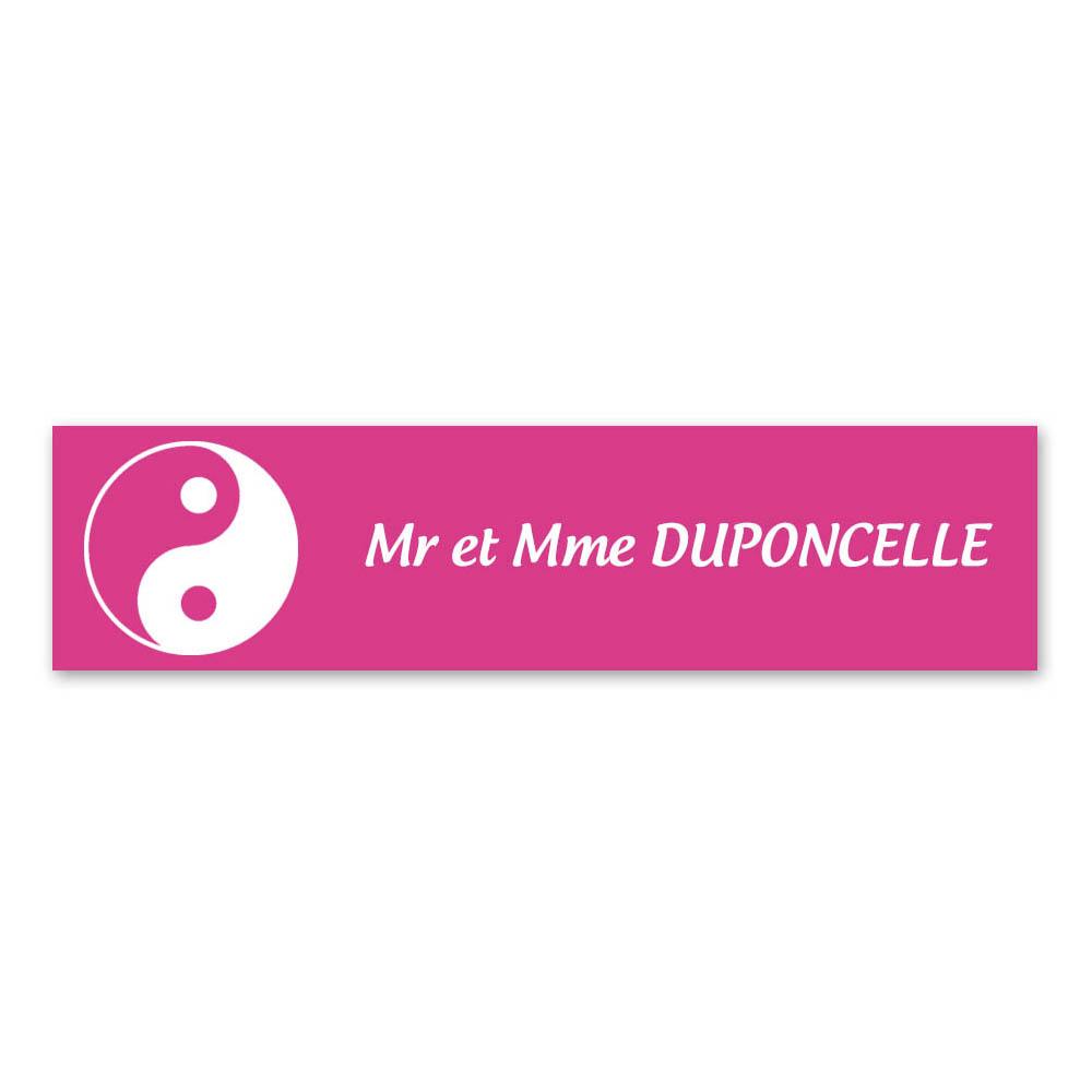 Plaque nom 1 ligne et symbole YIN YANG pour boite aux lettres type Decayeux (100x25mm) couleur rose lettres blanches
