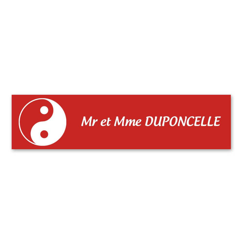 Plaque nom 1 ligne et symbole YIN YANG pour boite aux lettres type Decayeux (100x25mm) couleur rouge lettres blanches