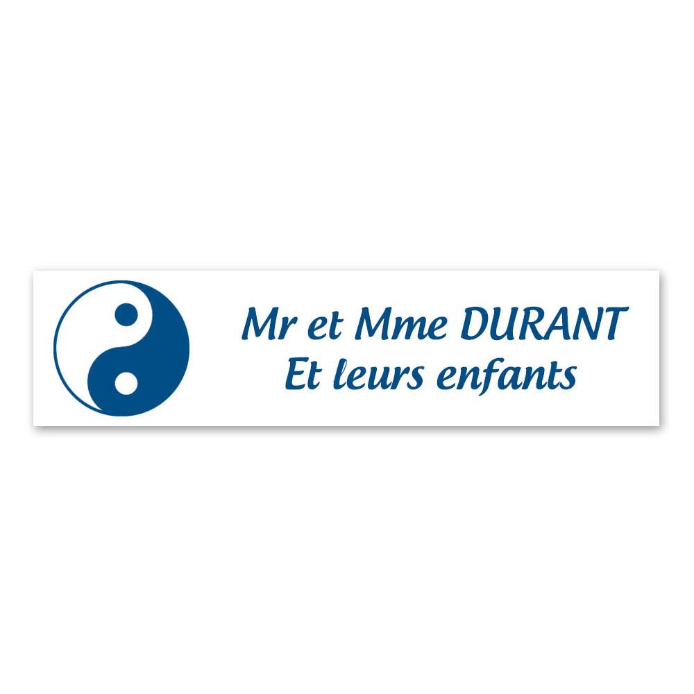 Plaque nom 2 lignes et symbole YIN YANG pour boite aux lettres type Decayeux (100x25mm) couleur blanche lettres bleues