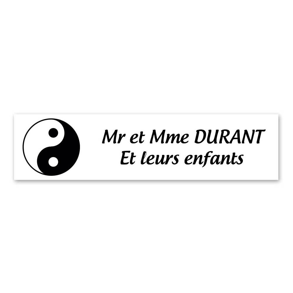 Plaque nom 2 lignes et symbole YIN YANG pour boite aux lettres type Decayeux (100x25mm) couleur blanche lettres noires