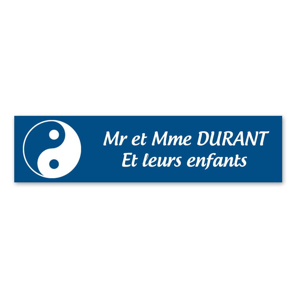 Plaque nom 2 lignes et symbole YIN YANG pour boite aux lettres type Decayeux (100x25mm) couleur bleue lettres blanches