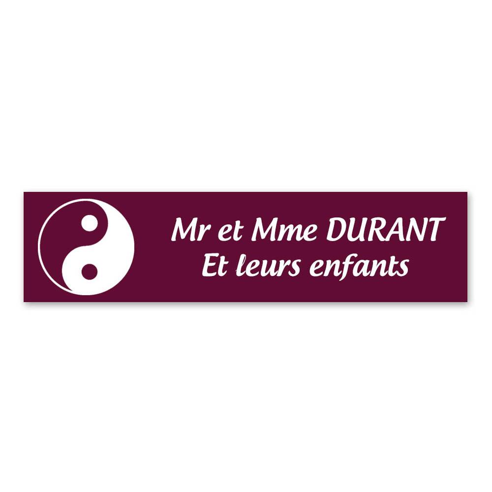 Plaque nom 2 lignes et symbole YIN YANG pour boite aux lettres type Decayeux (100x25mm) couleur bordeaux lettres blanches