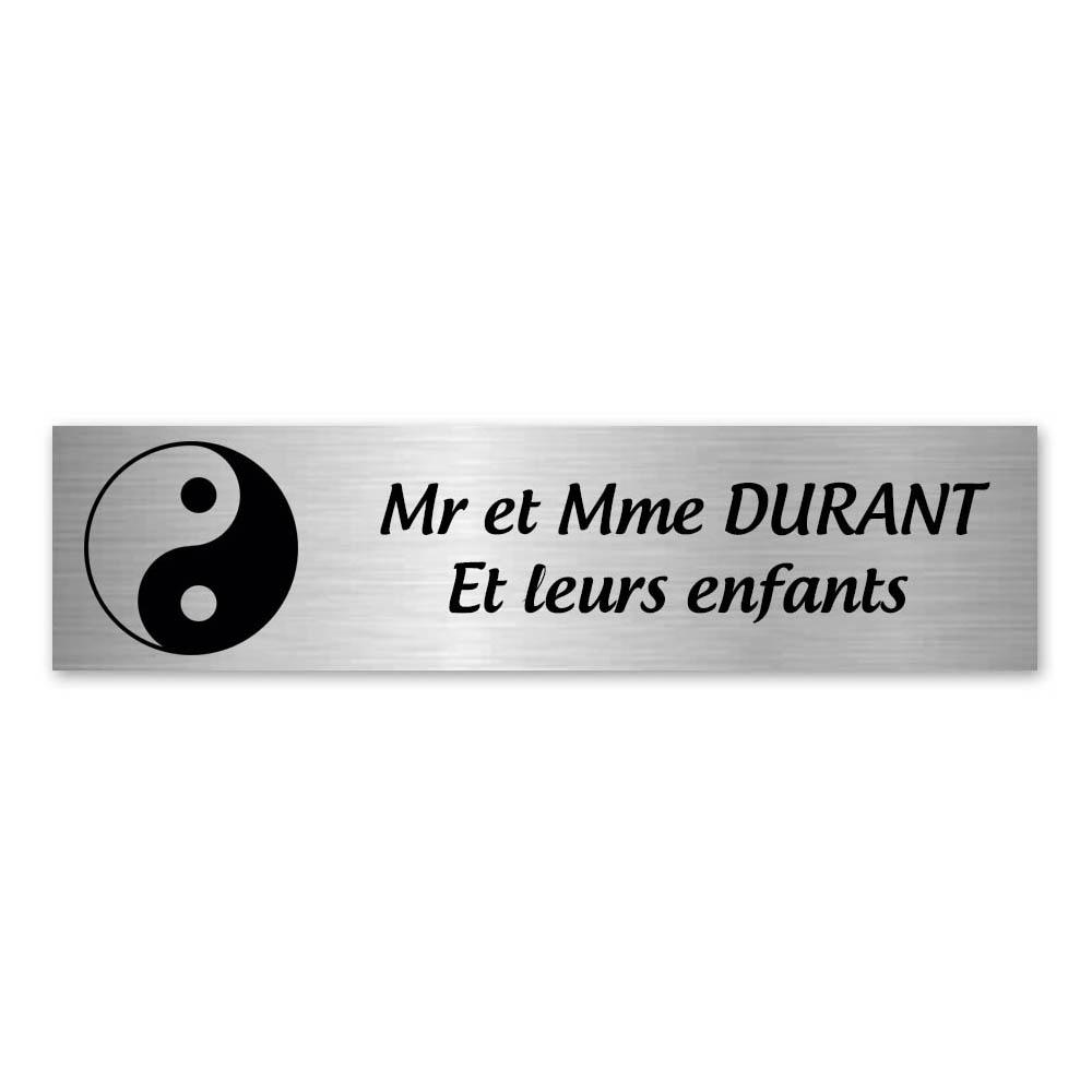 Plaque nom 2 lignes et symbole YIN YANG pour boite aux lettres type Decayeux (100x25mm) couleur argent brossé