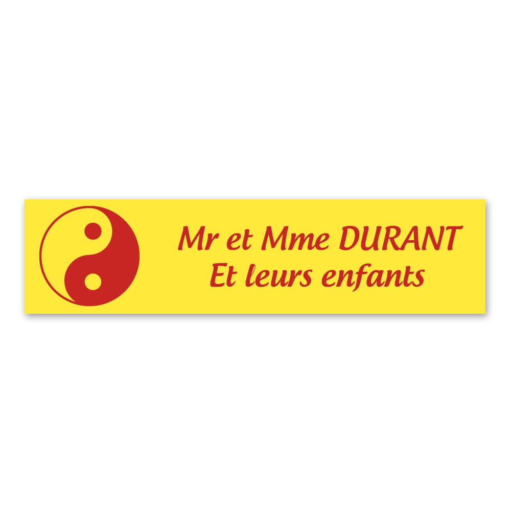 Plaque nom 2 lignes et symbole YIN YANG pour boite aux lettres type Decayeux (100x25mm) couleur jaune lettres rouges