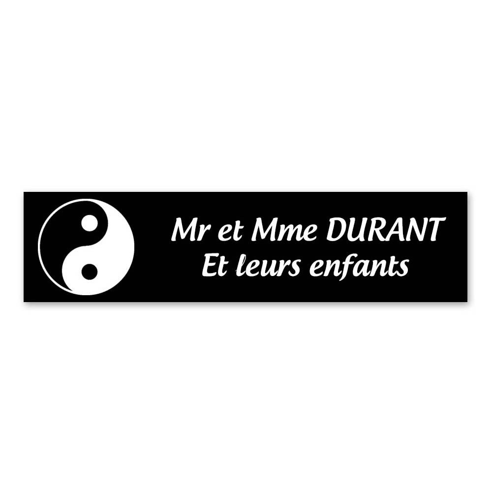 Plaque nom 2 lignes et symbole YIN YANG pour boite aux lettres type Decayeux (100x25mm) couleur noire lettres blanches