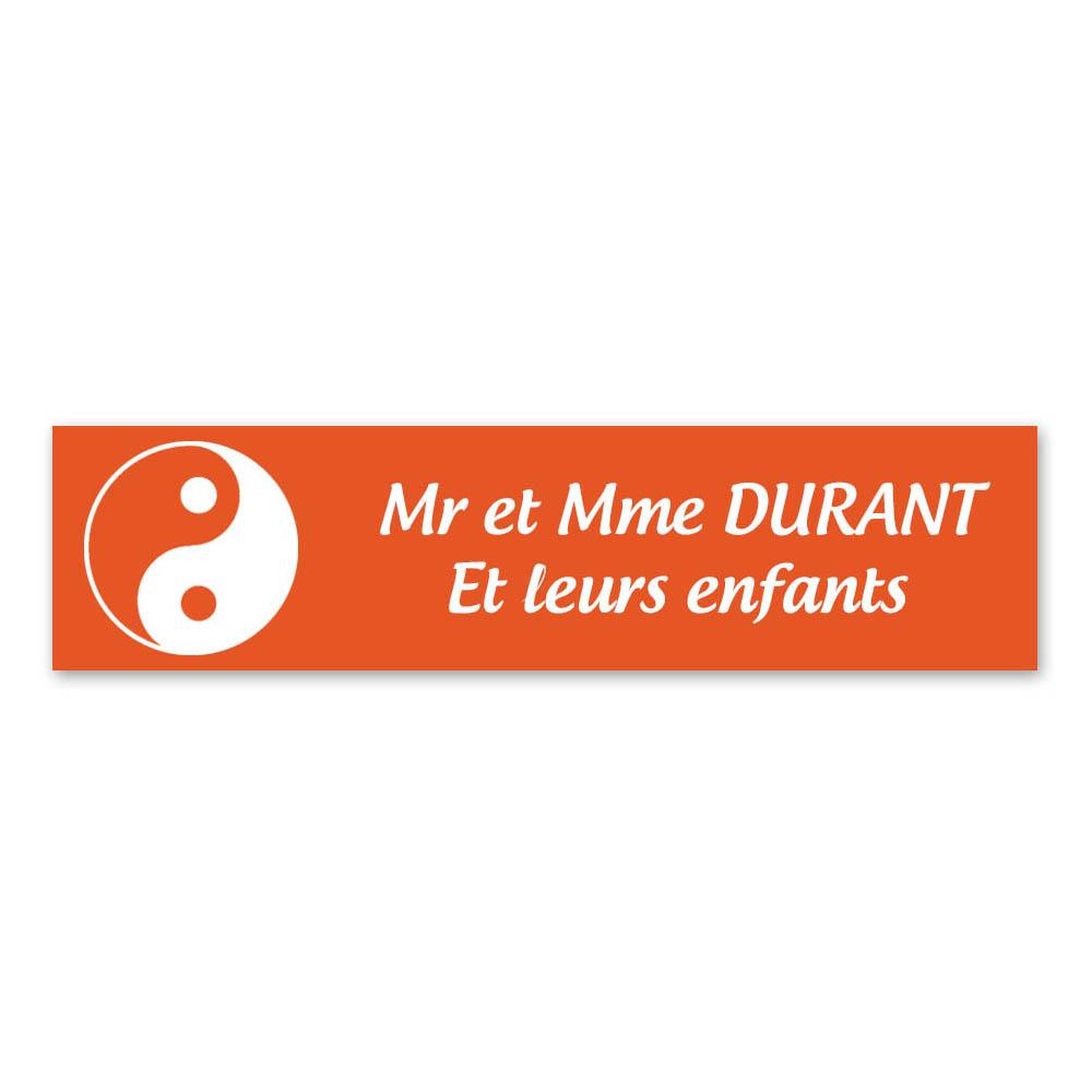 Plaque nom 2 lignes et symbole YIN YANG pour boite aux lettres type Decayeux (100x25mm) couleur orange lettres blanches